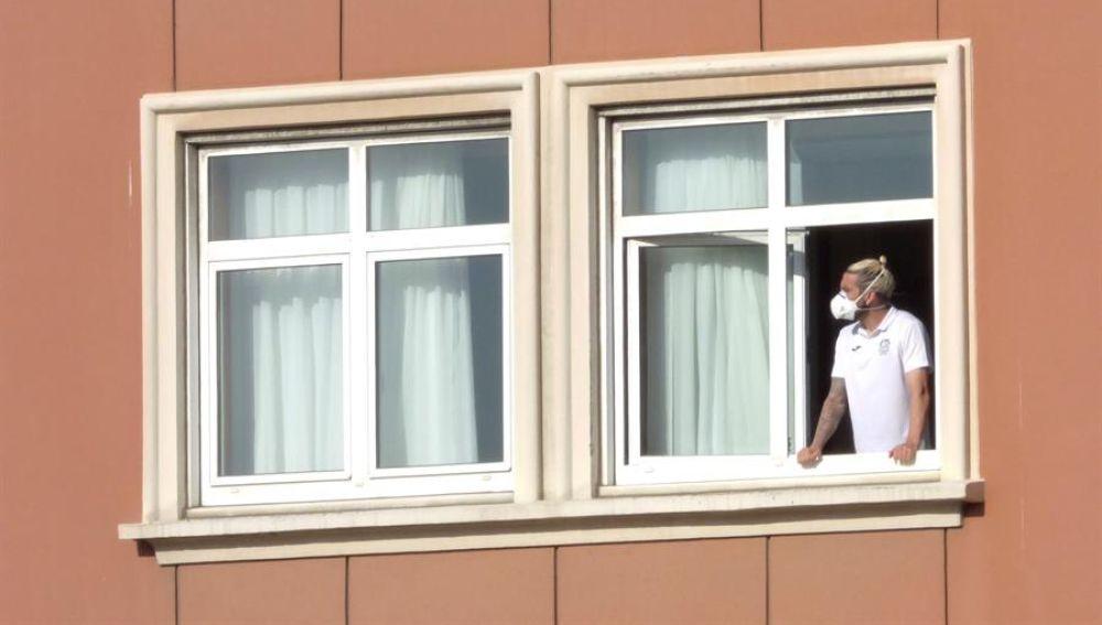 En la imagen, el jugador del Fuenlabrada Chico Flores, se asoma este miércoles a una ventana del hotel Finisterre