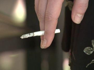 Los epidemiólogos piden no fumar en espacios abiertos como playas y restaurantes para evitar contagios de coronavirus