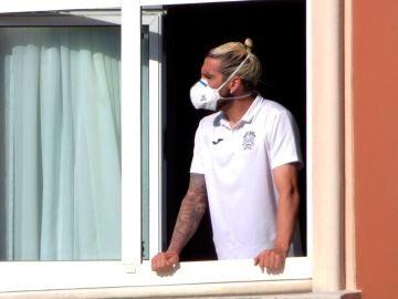 El jugador del Fuenlabrada Chico Flores, se asoma este miércoles a una ventana del hotel Finisterre