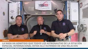 Astronautas huyen de una relación