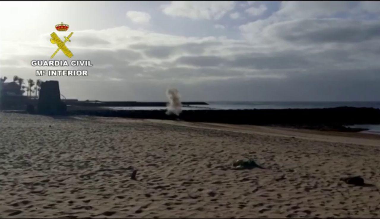 Un padre encuentra un detonador en la playa mientras pasea con su hijo por Lanzarote