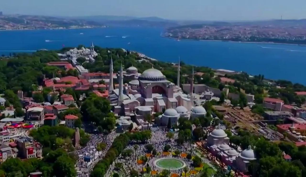 Santa Sofía, la que fue Iglesia, mezquita y museo en los últimos 85 años, vuelve a acoger el rezo musulmán