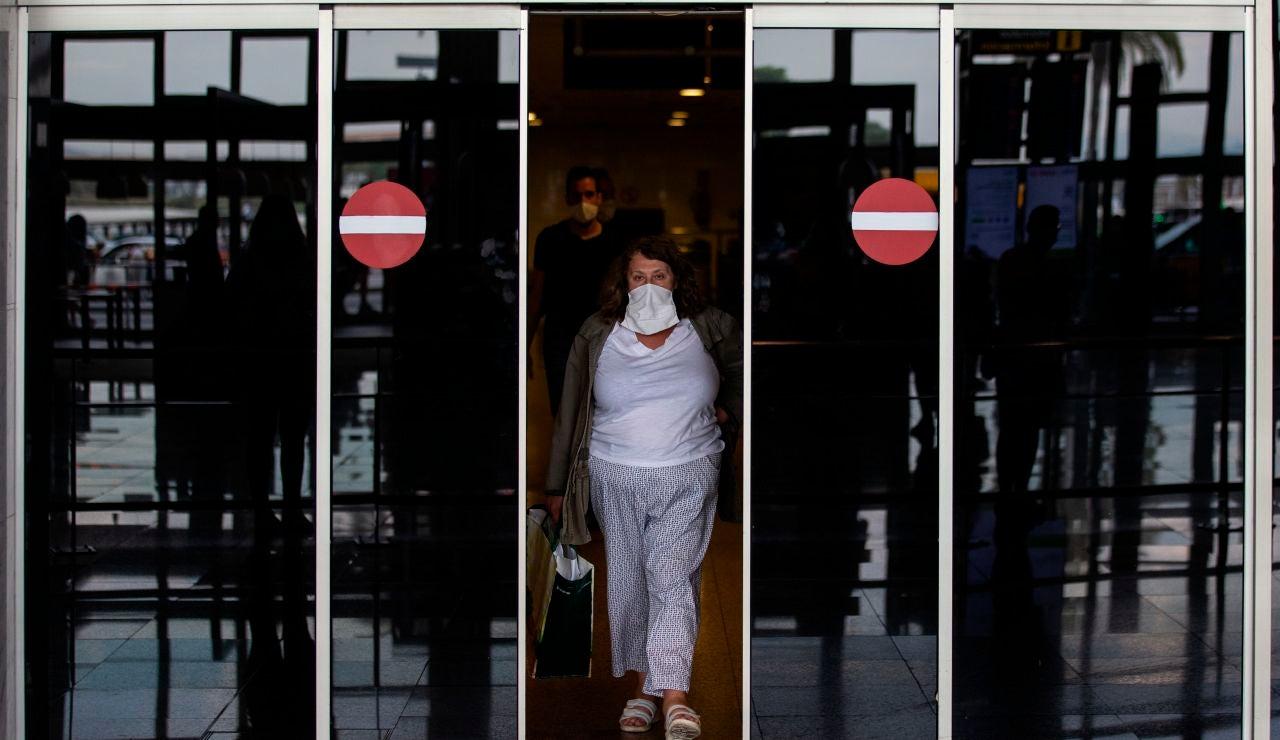 Una viajera sale de la T2 del Aeropuerto de El Prat