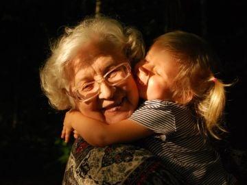 Nieta abrazando a abuela