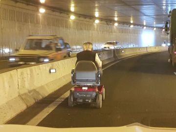 Un hombre circula en silla de ruedas por un túnel de Las Palmas de Gran Canaria y provoca grandes atascos