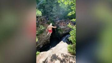 Hombre de 73 años saltando