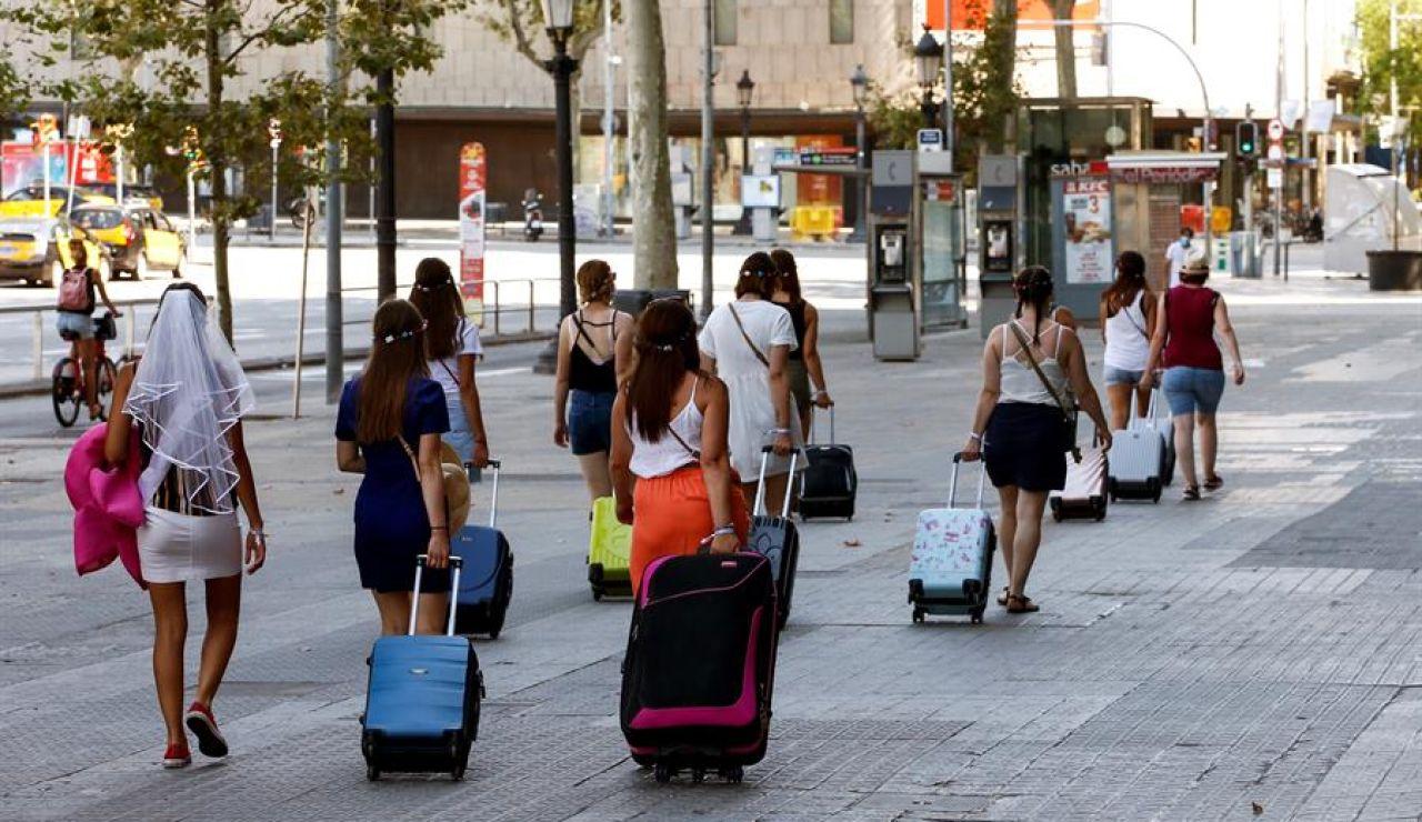 Varias turistas caminando por la Plaza Cataluña de Barcelona el pasado domingo.
