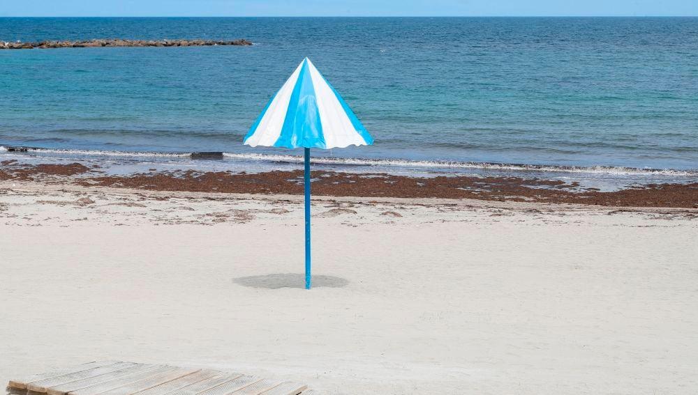 Vista de una playa vacía en el pueblo de Burela