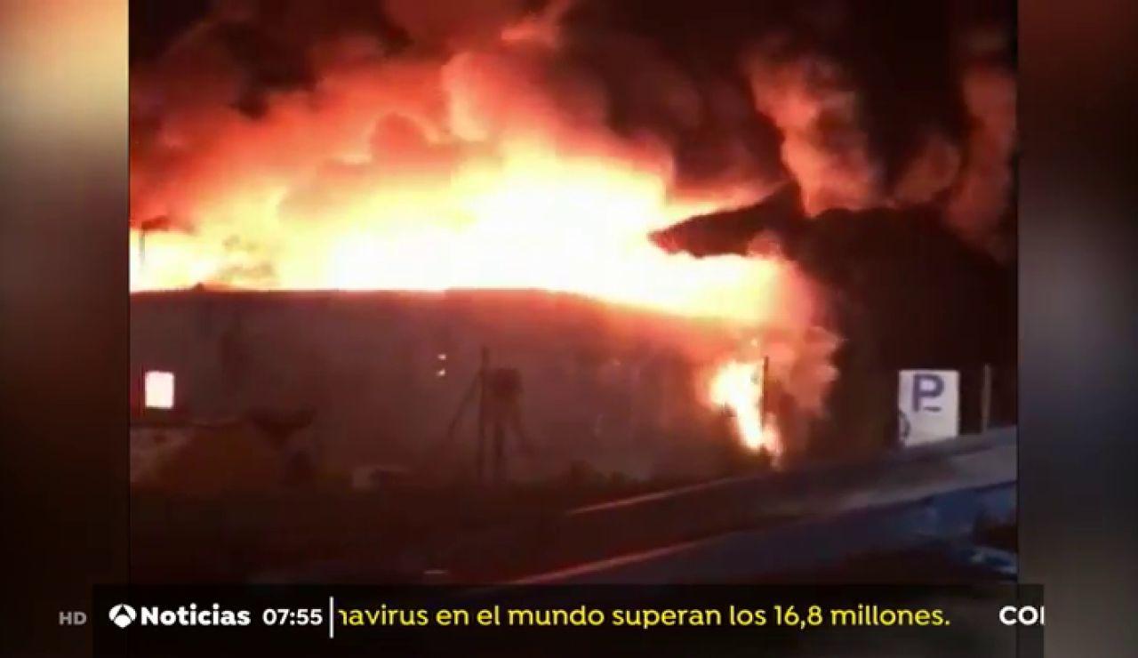 Activan la alerta por riesgo químico tras declararse un incendio en una planta de reciclaje de Granollers (Barcelona)