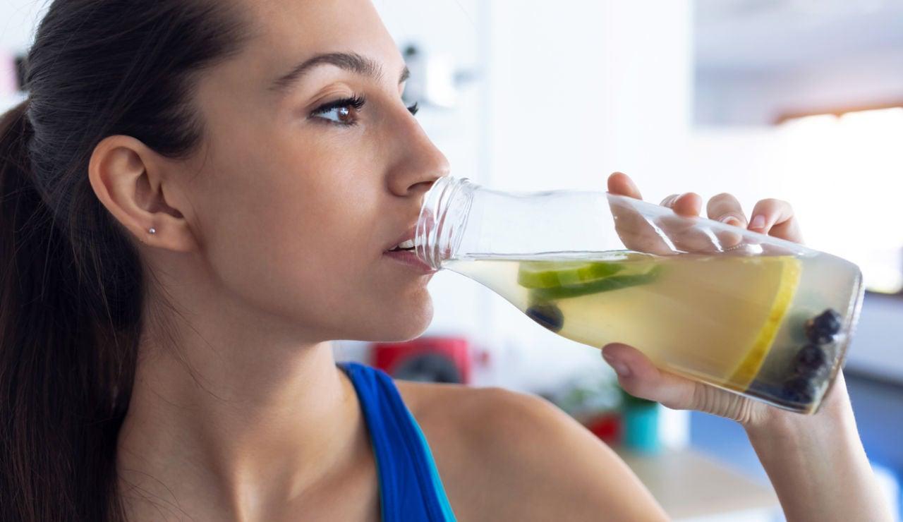 Bebiendo agua con limón