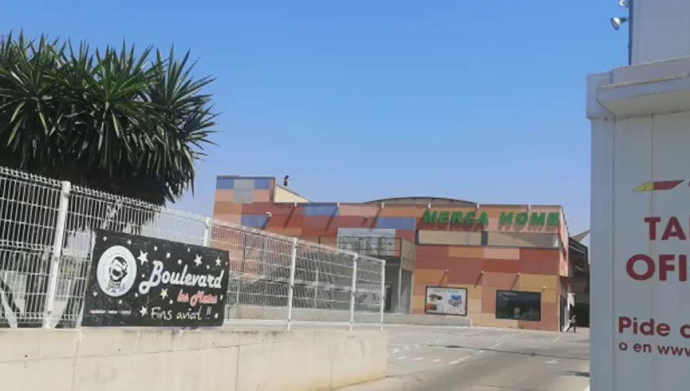 El hombre que supuestamente ha prendido fuego a su pareja en El Vendrell se encarama en un tejado y amenaza con tirarse