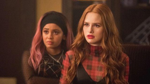 Vanessa Morgan y Madelaine Petsch como Toni y Cheryl en 'Riverdale'