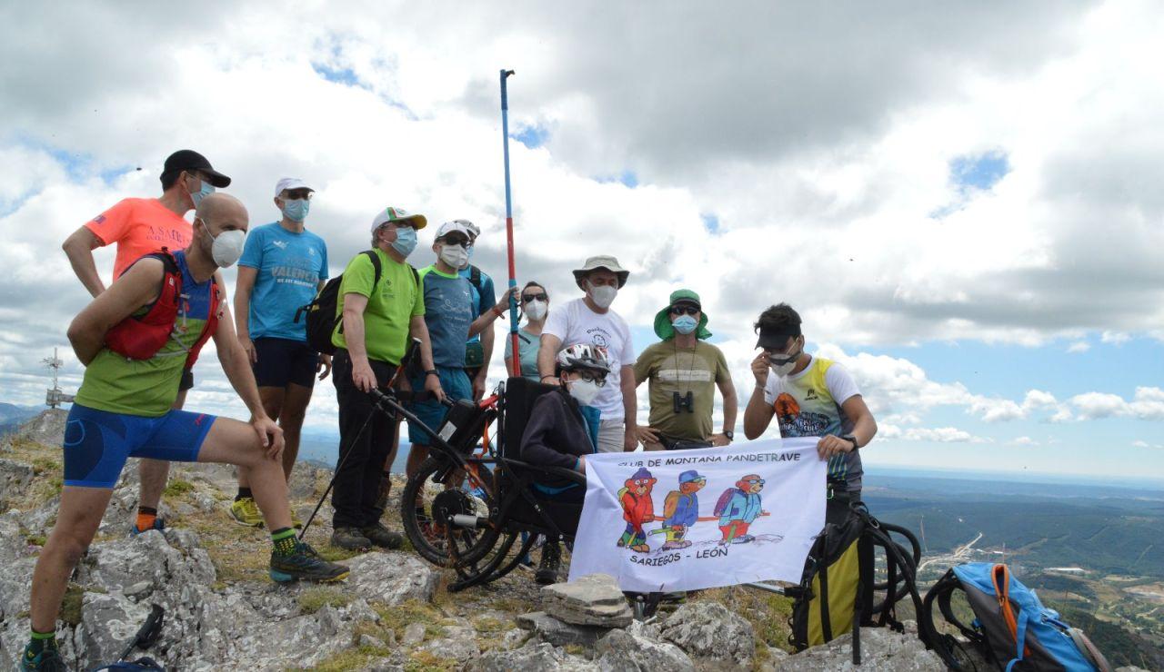 Álvaro y José Manuel hacen cumbre en Fontañán gracias a los pies y los ojos de unos montañeros solidarios