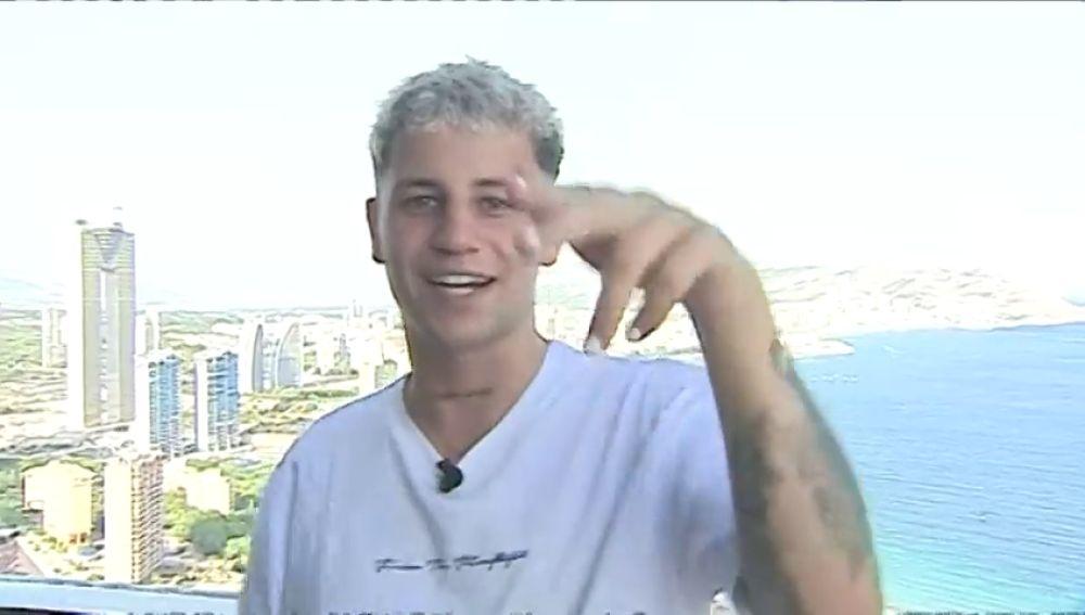 Antena 3 Deportes entrevista a Alberto Robledo, cantante del éxito 'Dime bbsita' que fue karateka y futbolista