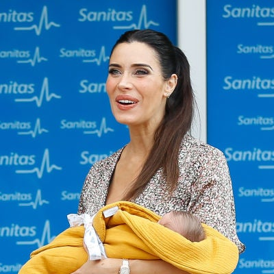Pilar Rubio con su hijo Máximo Adriano a la salida del hospital