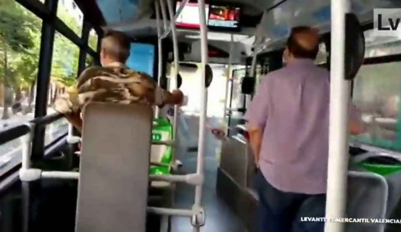 """Tensa discusión entre un conductor de un autobús de Valencia y un pasajero: """"Chulo, ponte la mascarilla"""""""