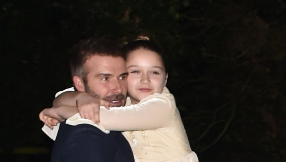 David Beckham con su hija Harper Seven en brazos