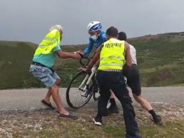 Los ciclistas, a punto de salir volando por las rachas de viento en la Vuelta a Burgos