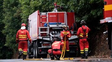 Miembros de la UME llegan a un incendio