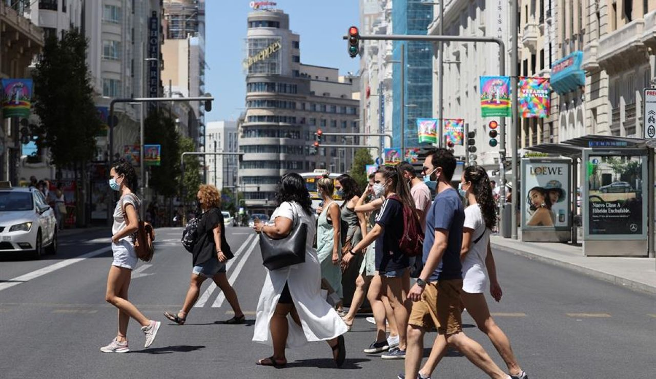 Viandantes pasean por la Gran Vía de Madrid