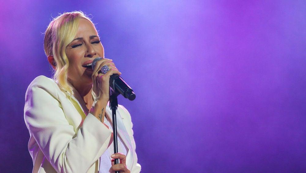 Marta Sánchez se emociona en Starlite Catalana Occidente con la canción 'Resistiré'