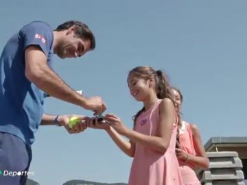 La sorpresa de Roger Federer a las dos jóvenes tenistas que protagonizaron un vídeo viral durante el confinamiento