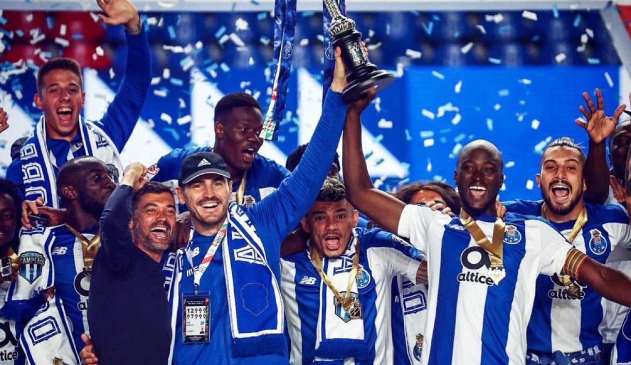 Iker Casillas levanta la Copa con el Oporto