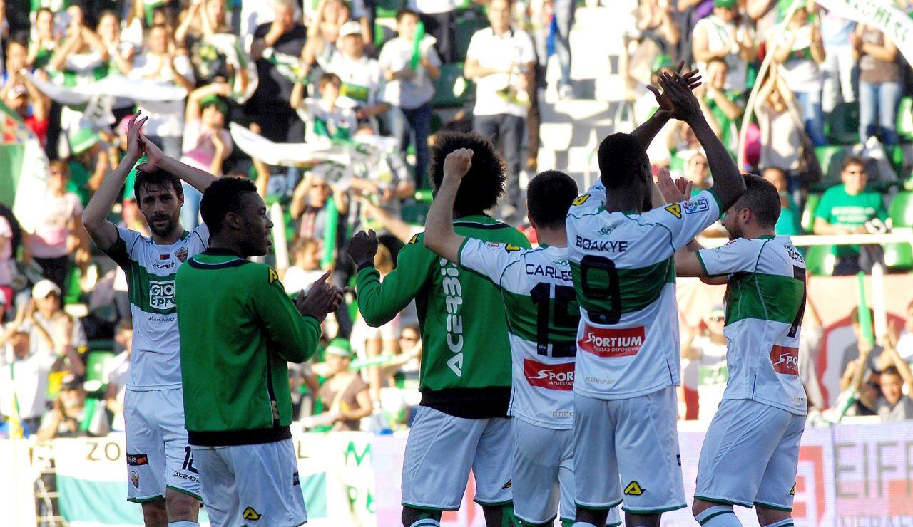 Los jugadores del Elche CF celebran una victoria junto a su afición