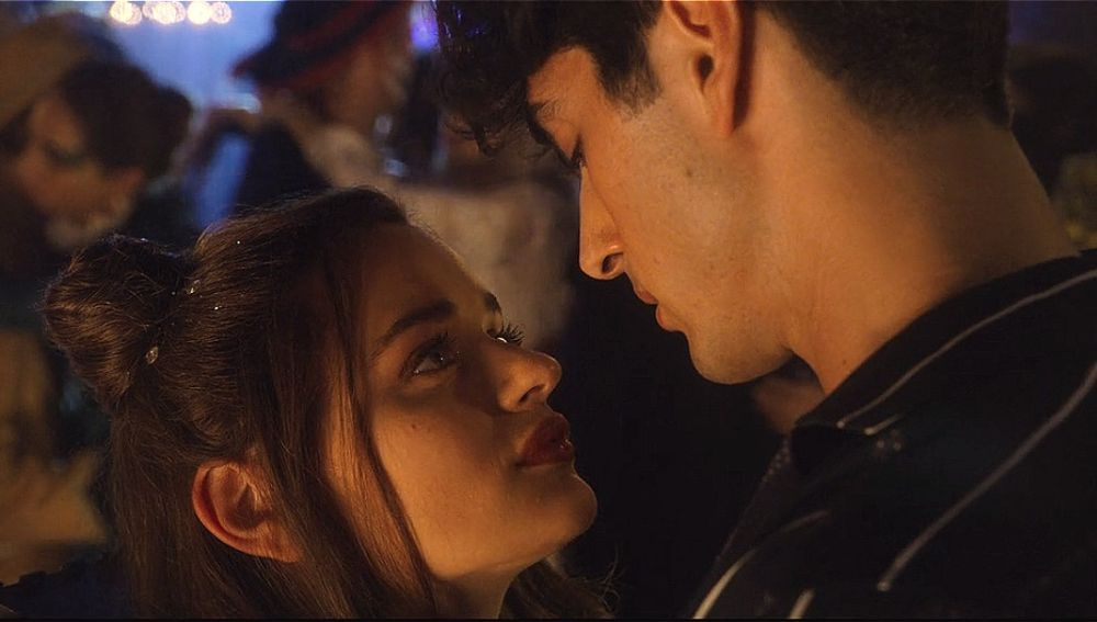 Joey King y Taylor Zakhar Perez en 'Mi primer beso 2'