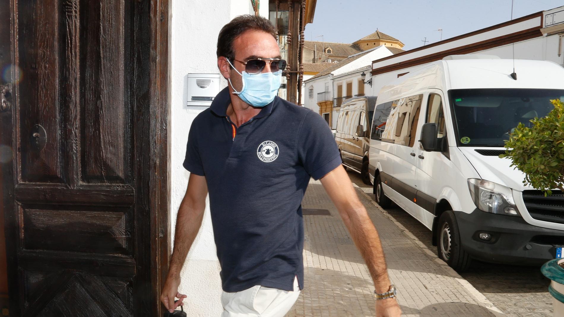 Enrique Ponce llega a su hotel en solitario