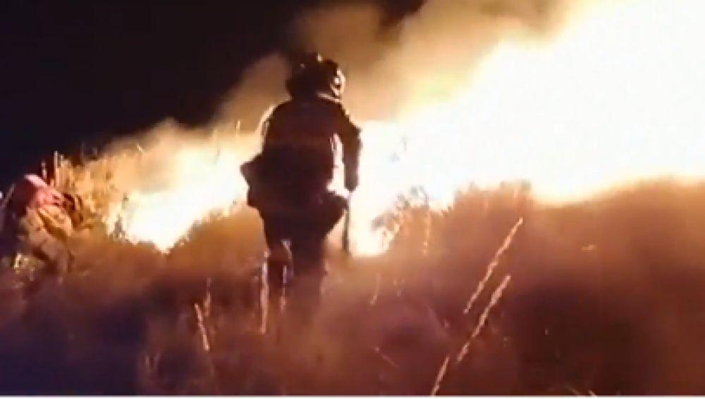 El incendio en Olvera (Cádiz) sigue activo,pero con una evolución favorable