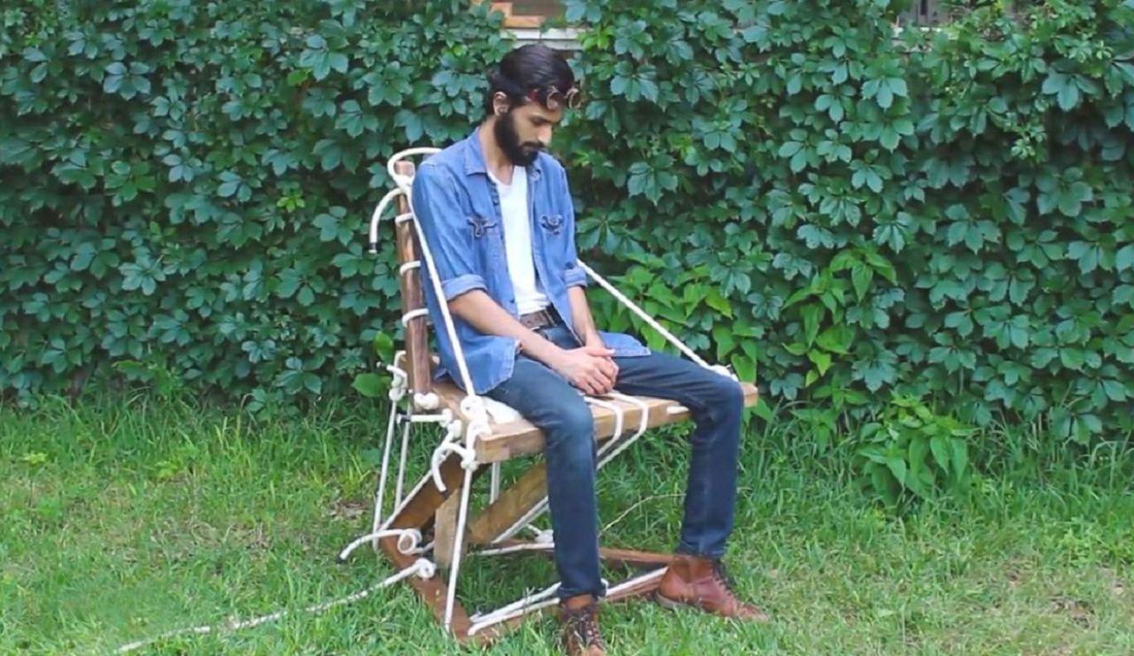 Un diseñador norteamericano crea una silla flotante que desafía a la gravedad