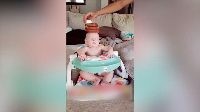 Balancea comida sobre la cabeza de su hijo