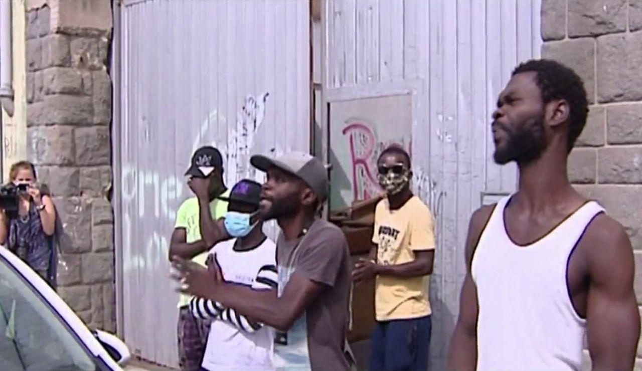 """Los vecinos de Badalona se quejan de robos y amenazas de okupas: """"De repente apareció un hombre en el salón"""""""