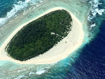 Rescatan a tres náufragos de una isla en el Pacífico al ver un mensaje de SOS escrito en la arena