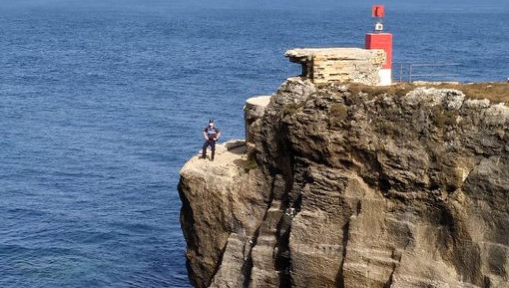 Peligrosos saltos al agua desde una roca situada a 20 metros de altura en Tarifa