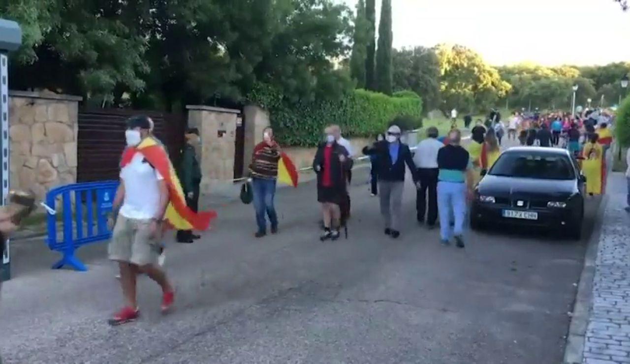 """Vecinos de Galapagar se querellan contra Pablo Iglesias por """"acoso"""" durante las protestas frente a su casa"""