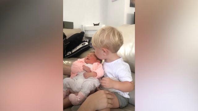 Niño conoce a su hermana bebe por primer vez