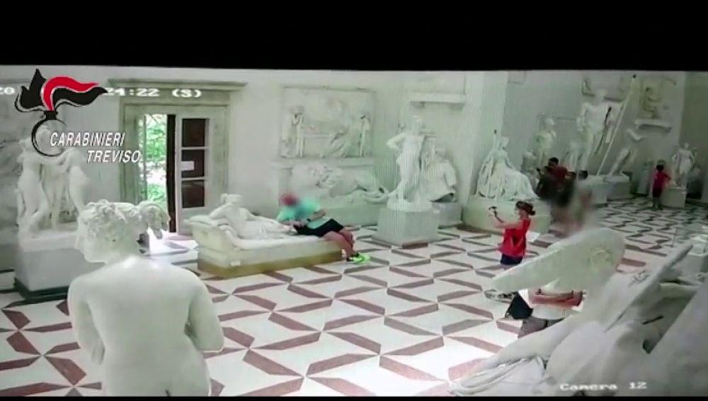 Un turista rompe una escultura de un museo al hacerse un 'selfie' en Italia