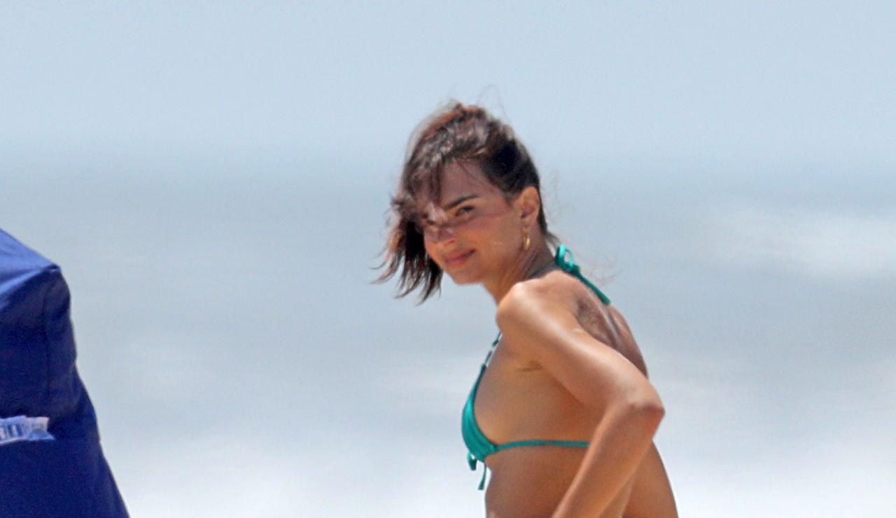 Así pasa un día de playa Emily Ratajkowski