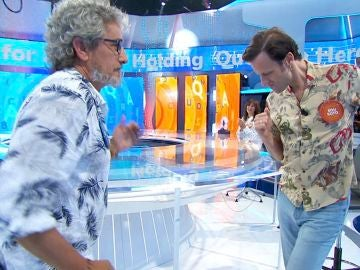 ¡Qué arte! Edu Soto y David Fernández sorprenden con un baile improvisado en 'Pasapalabra'