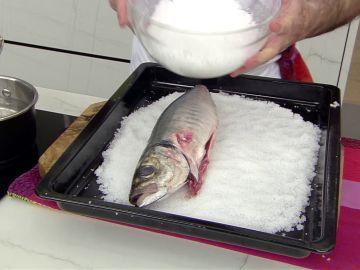 Karlos Arguiñano nos da el truco para hacer un pescado a la sal perfecto