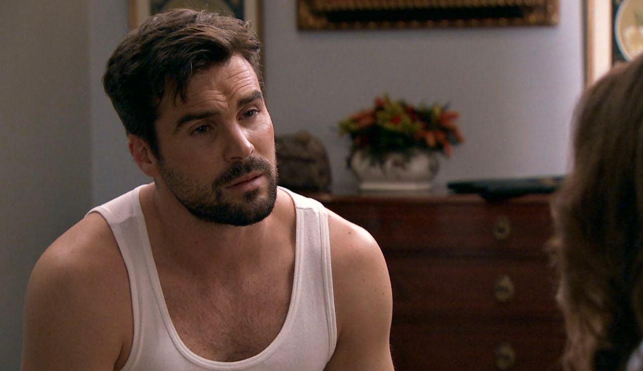 Irene avisa a Pelayo que ha podido ser descubierto por Lourdes y Guillermo
