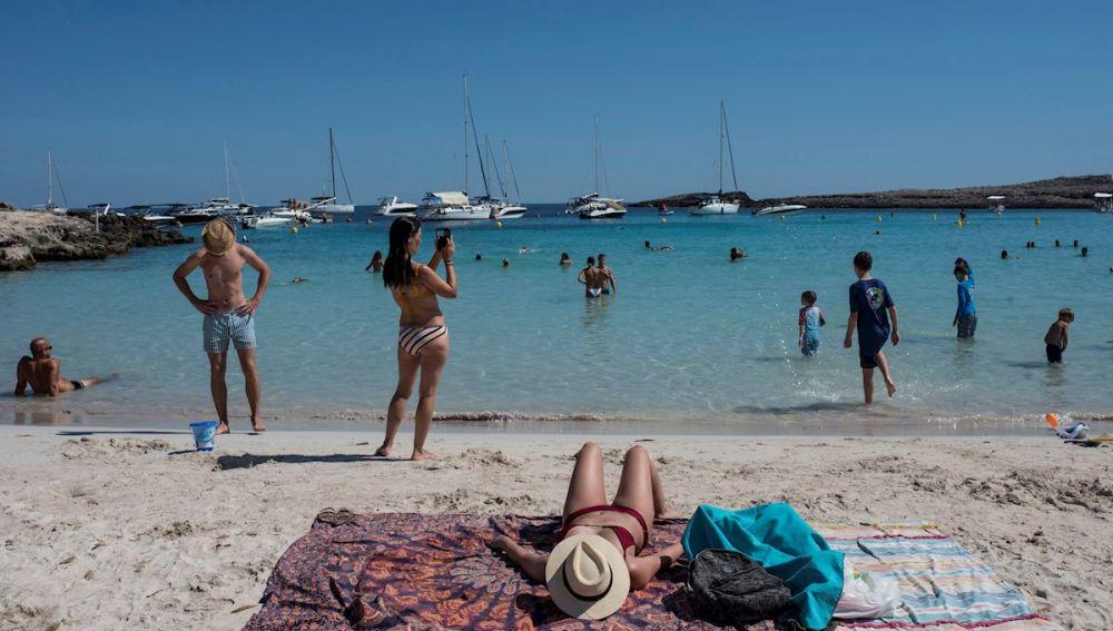 Bañistas en una playa de Menorca