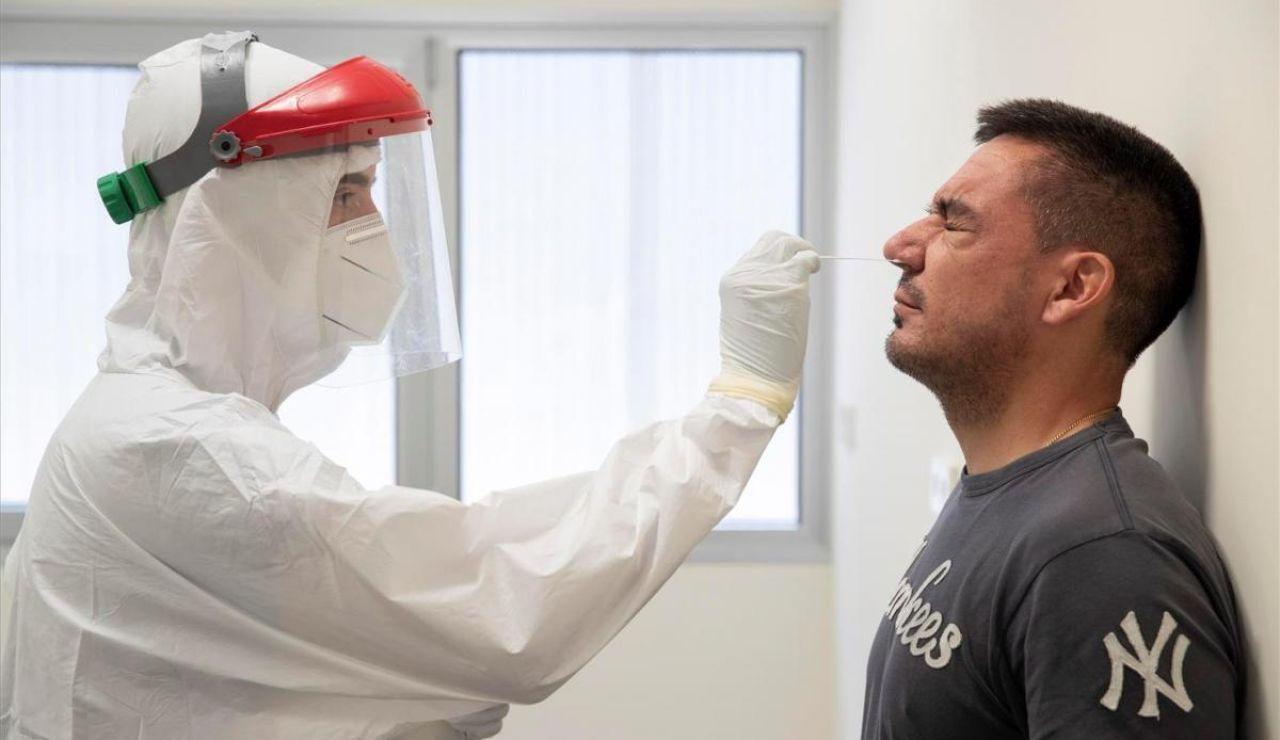 Un sanitario realiza una prueba PCR a un hombre