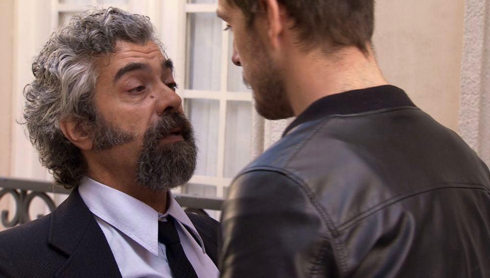 Curtis pierde el control y pega a un chico del barrio que posiblemente mató a Sofía