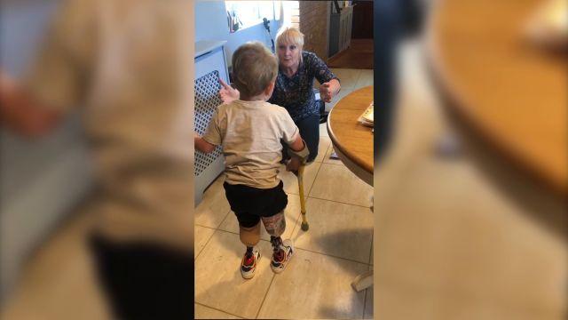 Mágico momentoen el que un niño camina por primera vez desde que perdiólas piernas