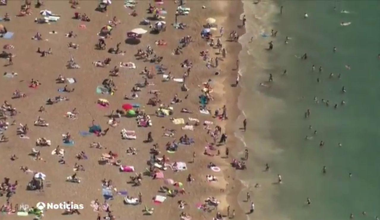 De nuevo playas llenas en Reino Unido por la ola de calor donde se han decretado nuevos confinamientos por coronavirus