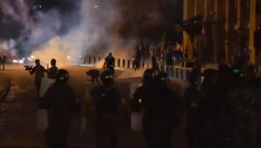 Manifestantes libaneses protestan ante el Parlamento y exigen la dimisión del Gobierno tras las explosiones en Beirut