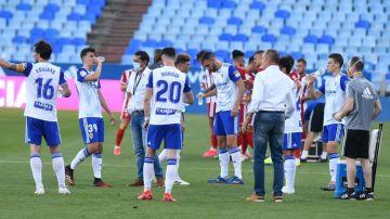Los jugadores del Zaragoza se hidratan